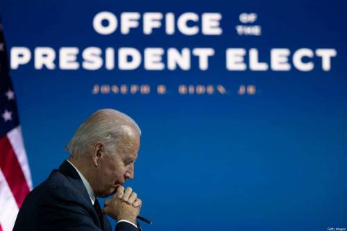 Joe Biden, presidente eleito dos Estados Unidos, conversa com especialistas em diplomacia, inteligência e defesa sobre as condições de atuação das agências relevantes, em videoconferência realizada em Wilmington, Delaware, 17 de novembro de 2020 [Jim Watson/AFP/Getty Images]