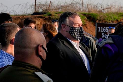 O Secretário de Estado dos EUA Mike Pompeo (C) chega para uma reunião de segurança no Monte Bental nas Colinas de Golan anexadas a Israel, perto de Merom Golan na fronteira com a Síria, em 19 de novembro de 2020 [Patrick Semansky/ AFP via Getty Images]