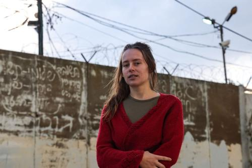 """Hallel Rabin, uma objetora de consciência israelense de 19 anos, posa para uma foto do lado de fora da prisão militar """"número seis"""" perto de Atlit, no norte de Israel em 20 de novembro de 2020, [Emmanuel Dunand/ AFP via Getty Images]"""