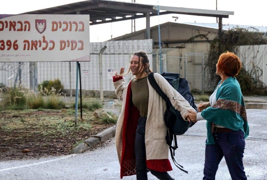 """Hallel Rabin (L), uma objeção de consciência israelense de 19 anos, caminha com sua mãe Irit Rabin fora da prisão militar """"número seis"""" perto de Atlit, no norte de Israel, em 20 de novembro de 2020, após ser libertada da prisão onde ficou por se recusar a servir ao exército israelense [Emmanuel Dunand/ AFP via Getty Images]"""