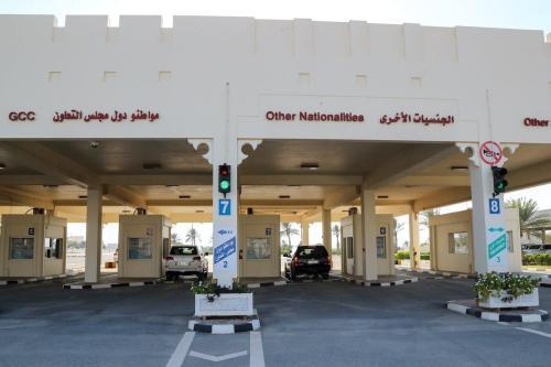 Carros atravessam a fronteira do lado catariano à Arábia Saudita, após reabertura, em 9 de janeiro de 2021 [Karim Jaafar/AFP/Getty Images]