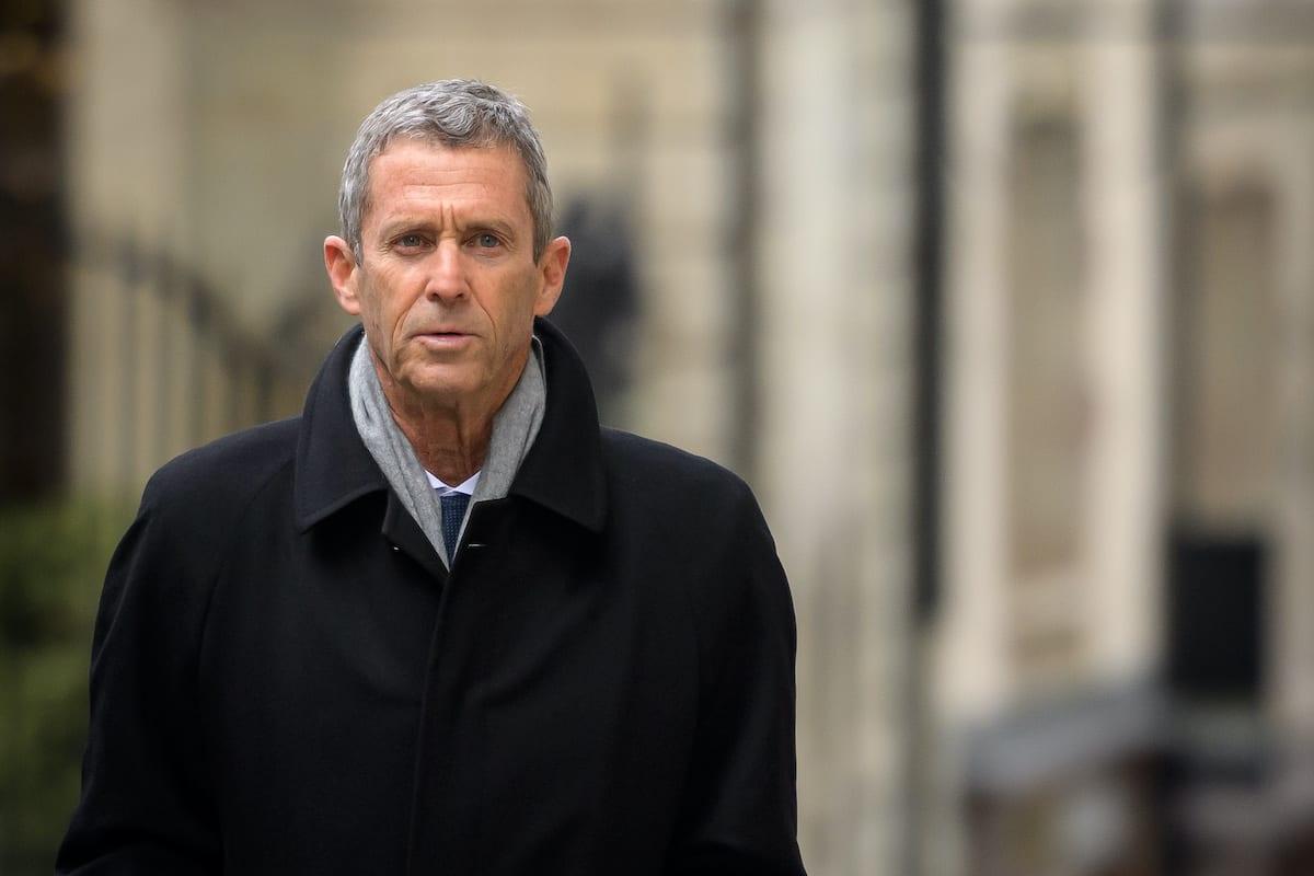Beny Steinmetz, magnata franco-israelense da exploração de diamantes, comparece a uma corte suíça para responder a acusações de corrupção em contratos de mineração, em Genebra, 11 de janeiro de 2021 [Fabrice Coffrini/AFP/Getty Images]