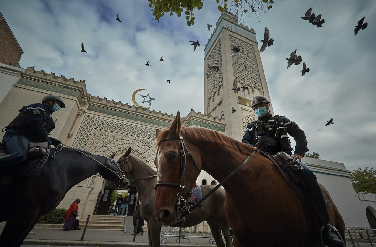 A polícia patrulha o lado de fora da Grande Mesquita em Paris durante as orações de sexta-feira, 30 de outubro de 2020, Paris, França. [Kiran Ridley/Getty Images]