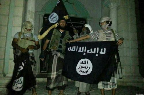 Militantes da Al-Qaeda posando com bandeiras, em 24 de maio de 2014 [AFP / Getty Images]