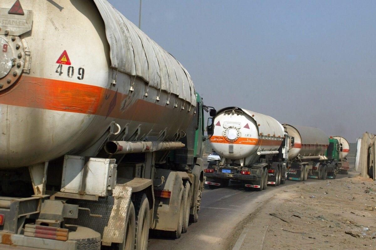 Caminhões de petróleo passam por uma rodovia perto da refinaria de Dora, ao sul de Bagdá, Iraque, 2 de novembro de 2008 [Ali Yussef/AFP/Getty Images]