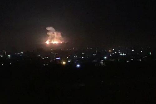 Imagem mostra fumaça e fogo subindo durante um ataque aéreo israelense nos arredores de Damasco, na Síria, em 19 de novembro de 2020 [AFP / Getty Images]
