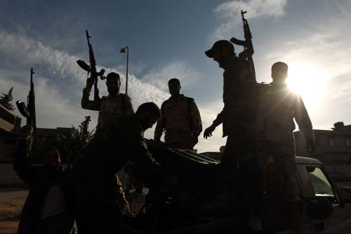 Membros de uma brigada paramilitar leal ao general renegado Khalifa Haftar, em Benghazi, Líbia, 17 de dezembro de 2014 [Abdullah Doma/AFP/Getty Images]