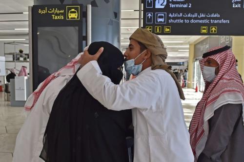 Homem abraça sua irmã que chegou ao Aeroporto Internacional King Khalid, na capital saudita, Riad, no primeiro vôo comercial do Catar, em 11 de janeiro de 2021 [Fayez Nureldine/ AFP via Getty Images]