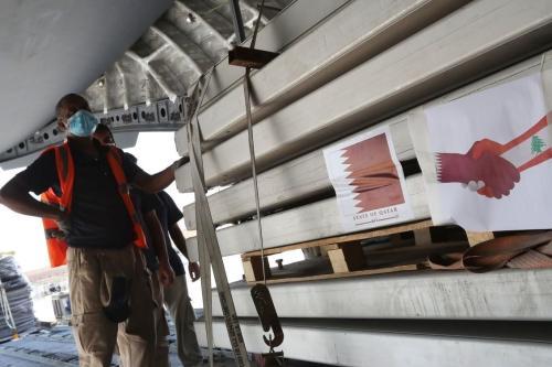 Trabalhadores carregam um avião do Catar, como parte dos esforços para construir hospitais de campo e ajuda médica ao Líbano, a partir da base aérea de al-Udeid, em 5 de agosto de 2020 [Karim Jaafar/AFP/Getty Images]