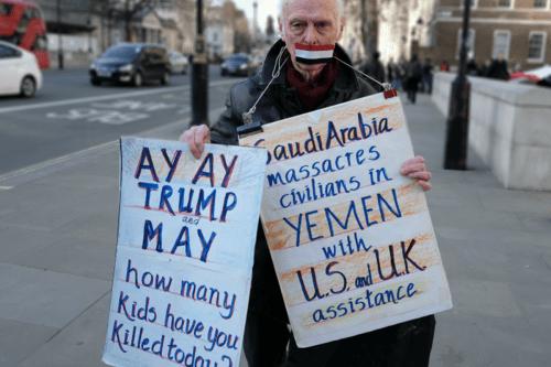 Manifestante contrário as ações da Arábia Saúdita, EAU, EUA e Reino Unido no Iêmen [Alisdare Hickson/Flickr/cc]