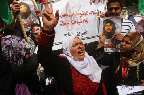 Protesto em Londres pela soltura de mulheres e crianças mantidas em custódia pelo regime sírio de Bashar al-Assad, em 8 de março de 2019 [Hasan Esen/Agência Anadolu]