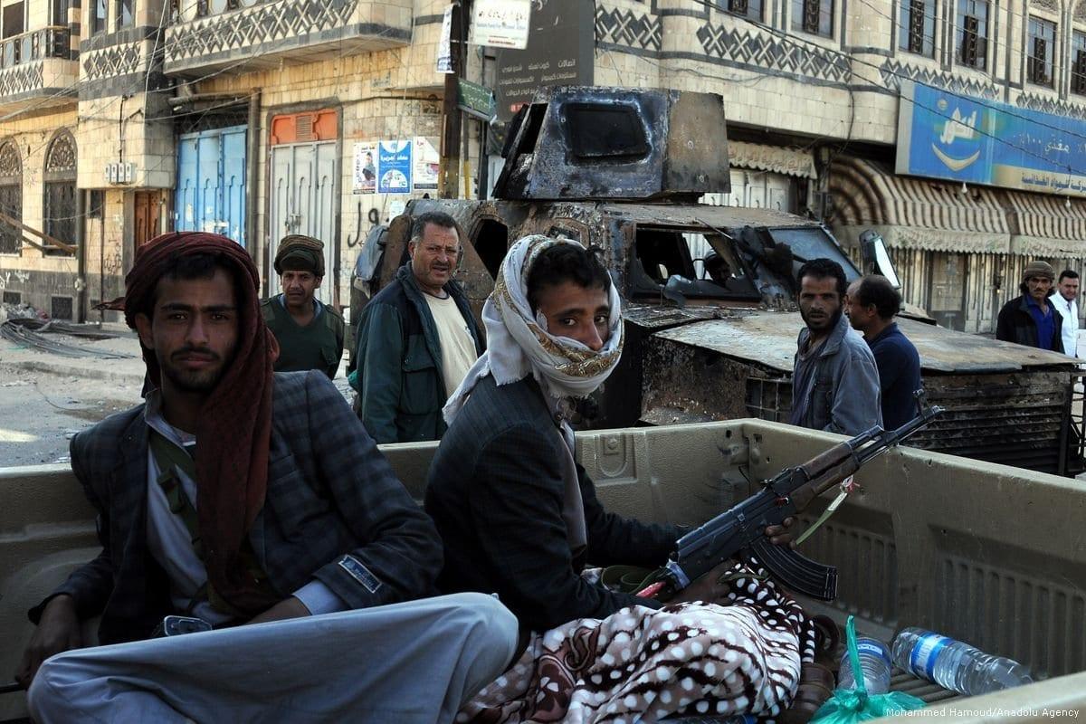Patrulha de Houthis em Sanaa, Iêmen, em 5 de dezembro de 2017. [Mohammed Hamoud/Agência Anadolu]