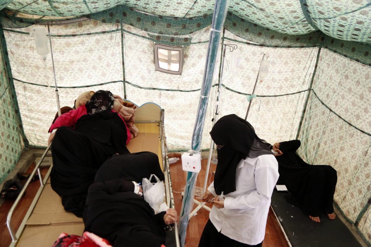 Os pacientes recebem tratamento médico em um hospital em Sana'a, Iêmen, em 1º de abril de 2019. [Mohammed Hamoud/Anadolu]