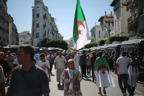 Os argelinos fazem uma manifestação exigindo que funcionários do regime se demitam, em Argel, Argélia, em 04 de outubro de 2019. [Mustafa Hassona/Anadolu Agency]