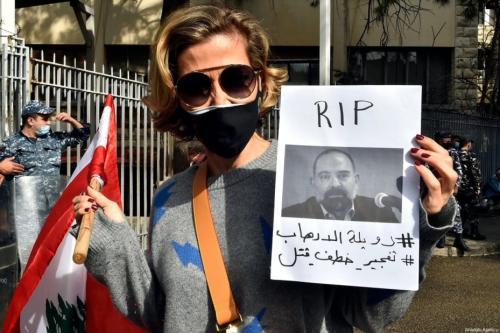 Manifestantes reúnem-se em frente ao Palácio da Justiça em protesto contra o assassinato de Luqman Salim, ativista crítico ao Hezbollah, em Beirute, Líbano, 4 de fevereiro de 2021 [Houssam Shbaro/Agência Anadolu]