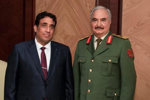 O presidente do governo interino da Líbia, Mohammad Younes Menfi (esq.), encontra o senhor da guerra Khalifa Haftar (dir.), em Benghazi, Líbia, em 11 de fevereiro de 2021. [Gabinete de Imprensa das Forças de Khalifa Haftar/Anadolu Agency]