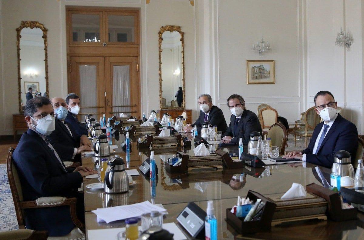 Diretor-Geral da Agência Internacional de Energia Atômica (AIEA) Rafael Mariano Grossi reúnem-se com o Ministro de Relações Exteriores do Irã Mohammad Javad Zarif, durante visita oficial a Teerã, capital do Irã, em 21 de fevereiro de 2021 [Fatemeh Bahrami/Agência Anadolu]