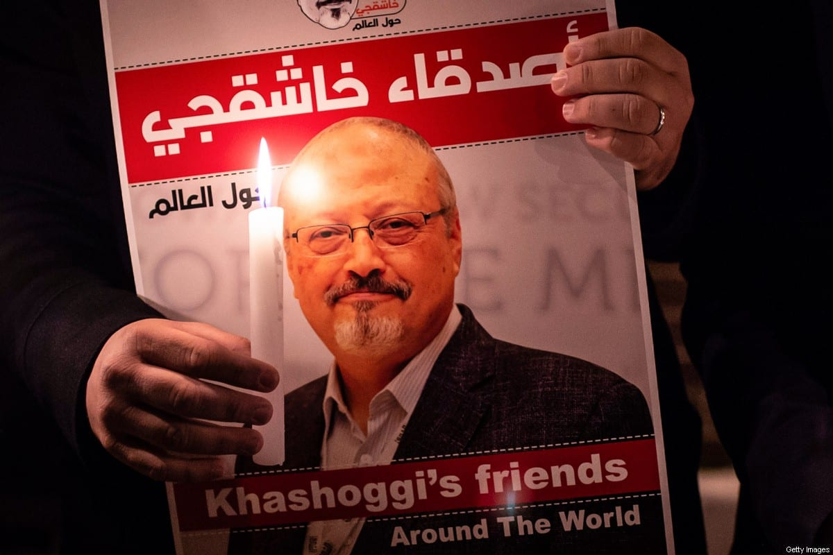 Manifestante exibe cartaz com imagem do jornalista saudita Jamal Khashoggi, em 25 de outubro de 2018 [Yasin Akgul/AFP/Getty Images]