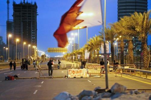 Manifestantes barenitas anti-governamentais colocam bloqueios de concreto na estrada que leva à Pearl Square, em Manama, em 14 de março de 2011. [JAMES LAWLER DUGGAN/AFP via Getty Images]