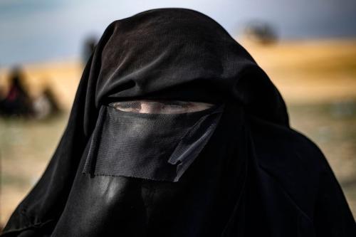 Dorothee Maquere, esposa do jihadista francês Jean-Michel Clain, é fotografada em uma área de exibição na província síria oriental de Deir Ezzor, depois de fugir do reduto do grupo Daesh em Baghouz, em 5 de março de 2019 , durante uma operação das forças sírias apoiadas pelos EUA para expulsar o jihadista Daesh da área. [Delil Souleiman/ AFP via Getty Images]