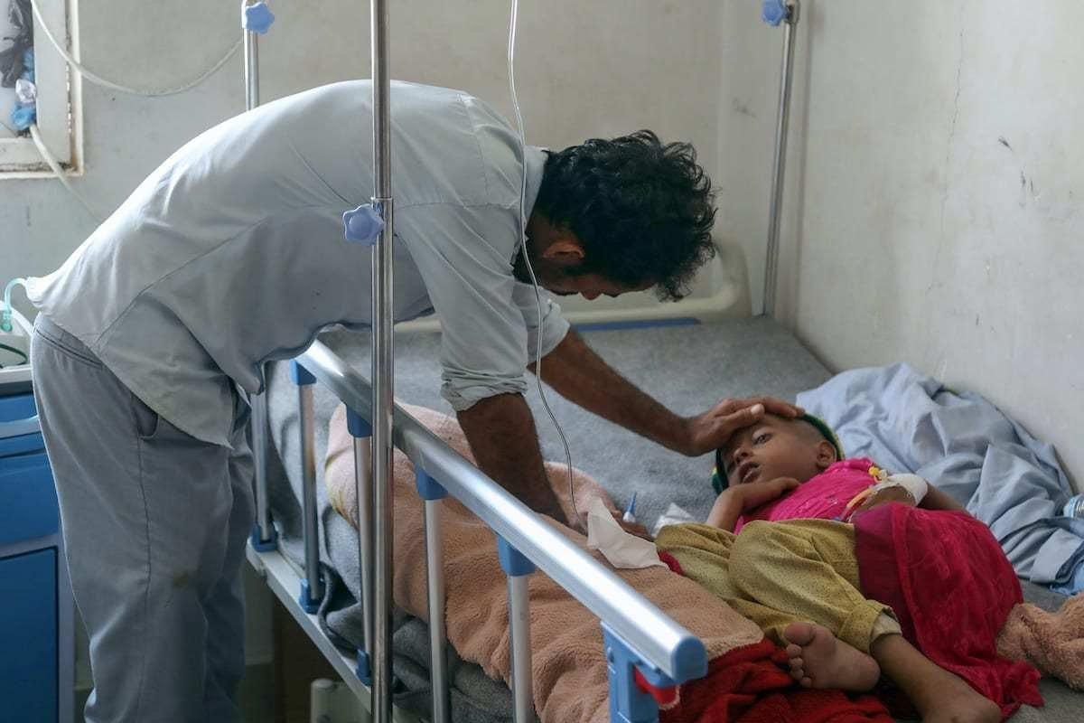 Criança recebe tratamento em um hospital no Iêmen em 11 de março de 2019 [Ahmad Al-Basha/ Getty Images]