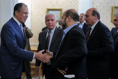 O ministro das Relações Exteriores da Rússia, Sergei Lavrov (esq.), dá as boas-vindas a Azzam al-Ahmed, membro do Fatah, Mussa Abu Marzuk, do Hamas, e Maher al-Taher, da Frente Popular para a Libertação da Palestina em encontro em Moscou, em 23 de maio de 2011. [Alexander Nemenov/AFP via Getty Images]
