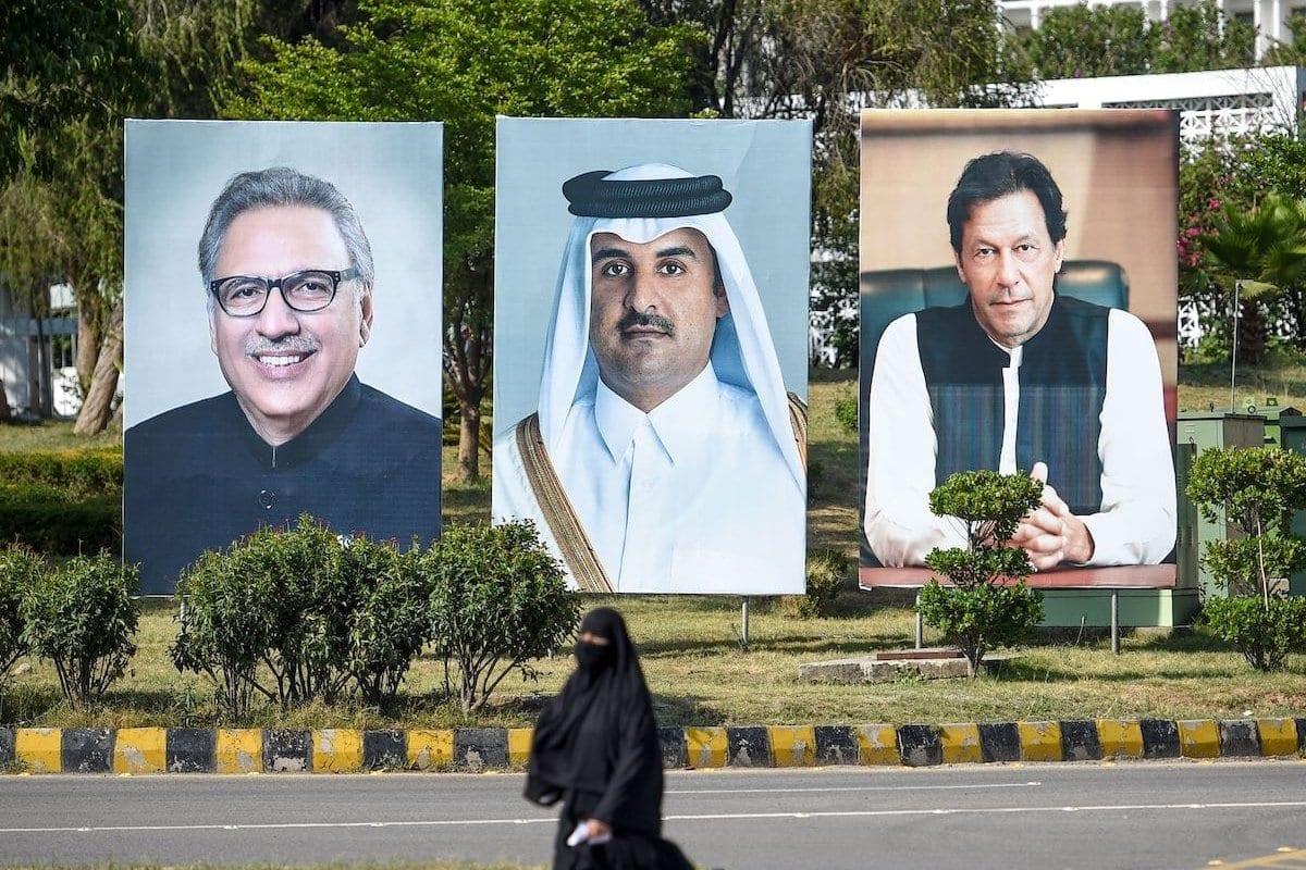 Retratos do Presidente do Paquistão Arif Alvi (à esquerda), do Primeiro-Ministro Imran Khan (à direita) e do Emir do Catar Tamim bin Hamad al-Thani (centro), em visita ao país, na capital paquistanesa Islamabad, 21 de junho de 2019 [Farooq Naeem/AFP/Getty Images]