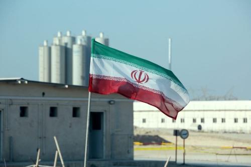 Uma foto tirada em 10 de novembro de 2019 mostra uma bandeira iraniana na usina nuclear de Bushehr do Irã, durante uma cerimônia oficial para iniciar as obras de um segundo reator na instalação. [Atta Kenare/AFP via Getty Images]