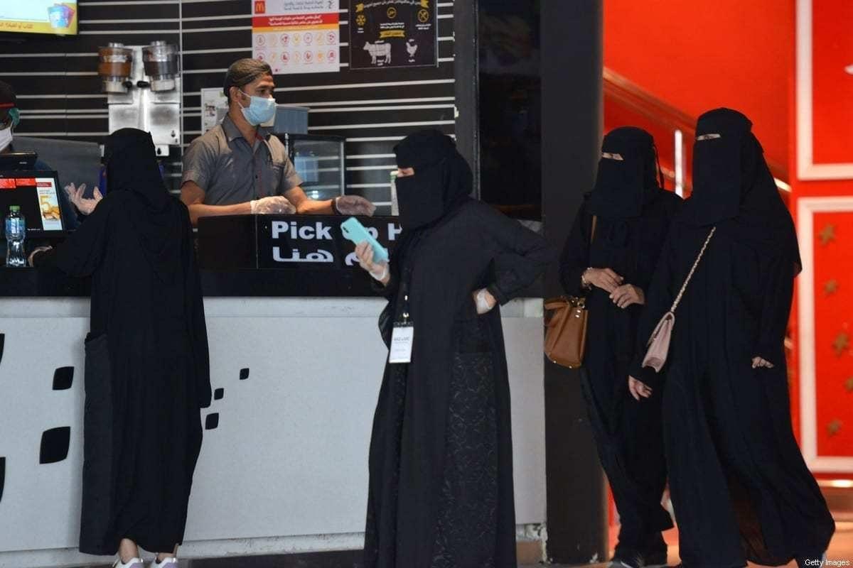 Mulheres esperam para pegar seus pedidos em um restaurante de shopping center na capital saudita, Riad, em 4 de junho de 2020, após a flexibilização de algumas restrições impostas pelas autoridades para conter a disseminação do novo coronavírus. [Fayez Nureçdome/ AFP via Getty Images]