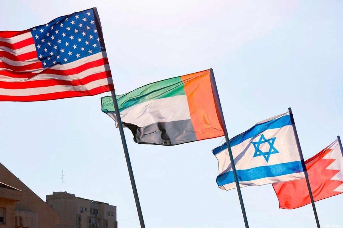 Uma estrada é decorada com as bandeiras dos EUA, Emirados Árabes, Israel e Bahrein, na cidade turística de Netanya, no centro de Israel, em 13 de setembro de 2020. [Jack Guez/AFP via Getty Images]