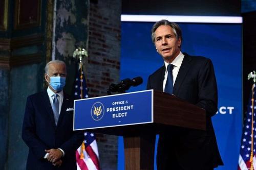 O secretário de Estado, Antony Blinken (dir.), participa, com o presidente eleito dos EUA, Joe Biden, de um evento de anúncio do gabinete em Wilmington, Delaware, em 24 de novembro de 2020. [Chandan Khanna/AFP via Getty Images]