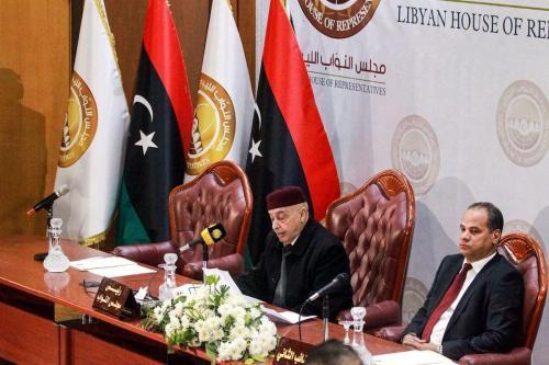 Aguila Saleh Issa (L ), presidente da Câmara dos Representantes da Líbia com sede em Tobruk, preside uma sessão com outros representantes na cidade de Benghazi, no leste da Líbia, em 7 de dezembro de 2020. [Abdullah Doma / AFP via Getty Images]