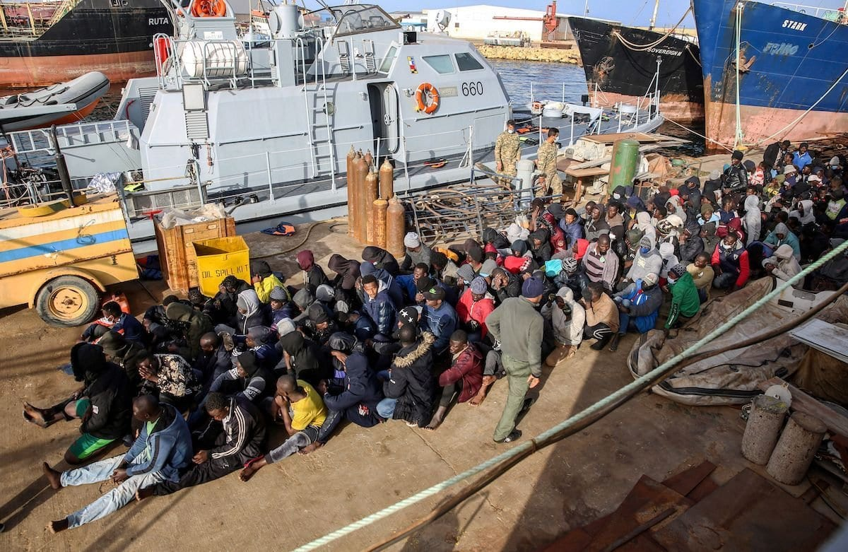 Refugiados resgatados na costa de al-Khums, 120 km a leste da capital líbia, aguardam procedimentos no píer da base naval de Trípoli, em 10 de fevereiro de 2021 [AFP via Getty Images]