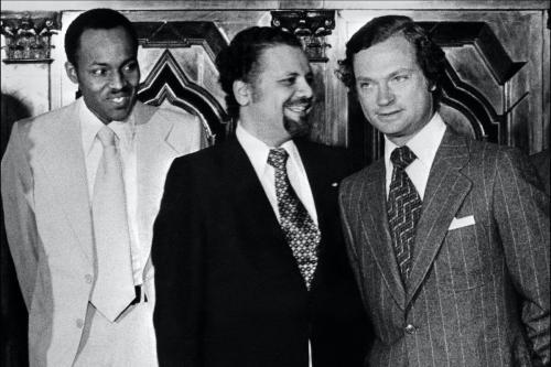 Da esquerda para direita: então coronel Muhammad Buhari, da Nigéria; Ahmed Zaki Yamani, representante saudita e homem forte da Organização dos Países Exportadores de Petróleo (OPEP); e Rei da Suécia Carl Gustaf, em Estocolmo, 13 de julho de 1977 [AFP via Getty Images]