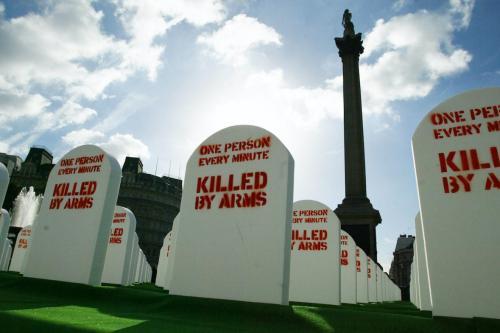 Pedras fictícias jazem em um cemitério em tamanho natural montado em Trafalgar Square, no centro de Londres, em 09 de outubro de 2003, pela Anistia Internacional e pelo grupo humanitário britânico Oxfam para representar mais de meio milhão de pessoas em média mortas com armas convencionais leves todos os anos. [Jim Watson/AFP via Getty Images]