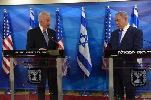 O presidente dos EUA Joe Biden (esq.) e o primeiro-ministro israelense, Benjamin Netanyahu, em Jerusalém, em 9 de março de 2016. [Debbie Hill/AFP/Getty Images]