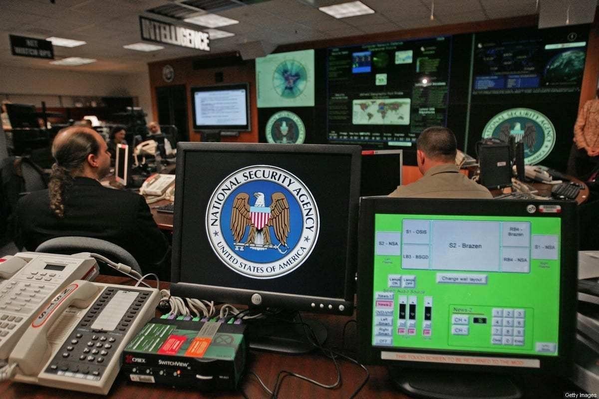 Uma estação de trabalho de computador exibe o logotipo da Agência de Segurança Nacional (NSA) dentro do Centro de Operações de Ameaças dentro do subúrbio de Washington de Fort Meade, Maryland, na operação de coleta de inteligência, 25 de janeiro de 2006. [Paul J. Richards/AFP via Getty Images]