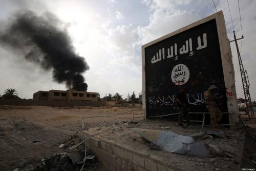 Símbolo do Daesh na entrada da cidade de al-Qaim, na província de Anbar, oeste do Iraque, perto da fronteira com a Síria, em 3 de novembro de 2017 [Ahmad al-Rubaye/AFP/Getty Images]