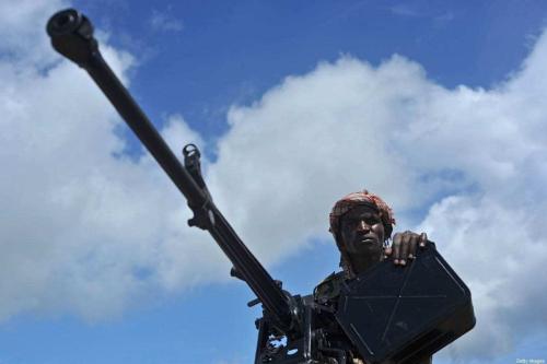 Soldado somali com metralhadora, em Mogadishu, capital da Somália, 13 de junho de 2018 [Mohamed Abdiwahab/AFP/Getty Images]