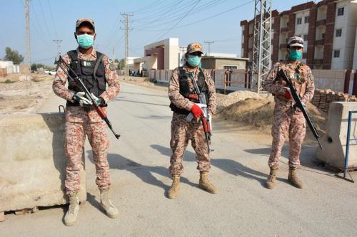 Soldados montam guarda na fronteira Irã-Paquistão, em 17 de março de 2020 [Shahid Ali/AFP/Getty Images]