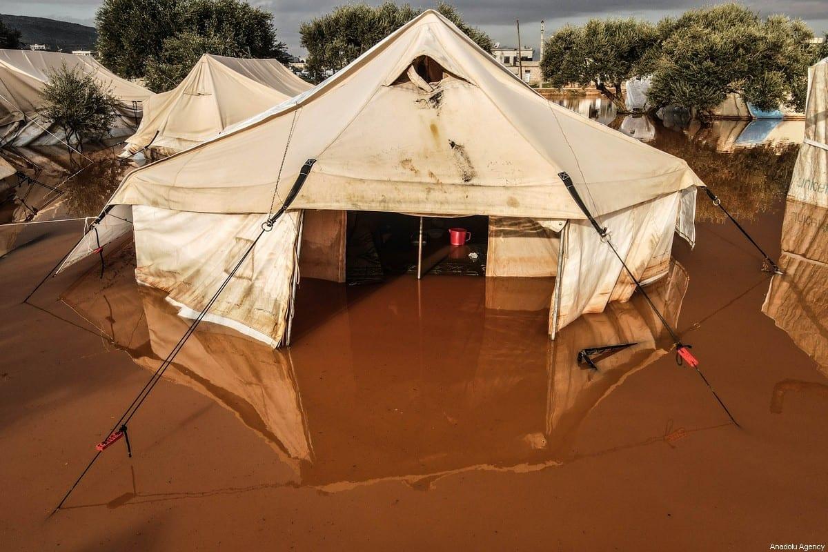 Uma barraca inundada no campo de refugiados de Harbanoush depois que uma forte chuva causou enchentes em Idlib, Síria, em 19 de janeiro de 2021. [Izzeddin Idilbi/Agência Anadolu]