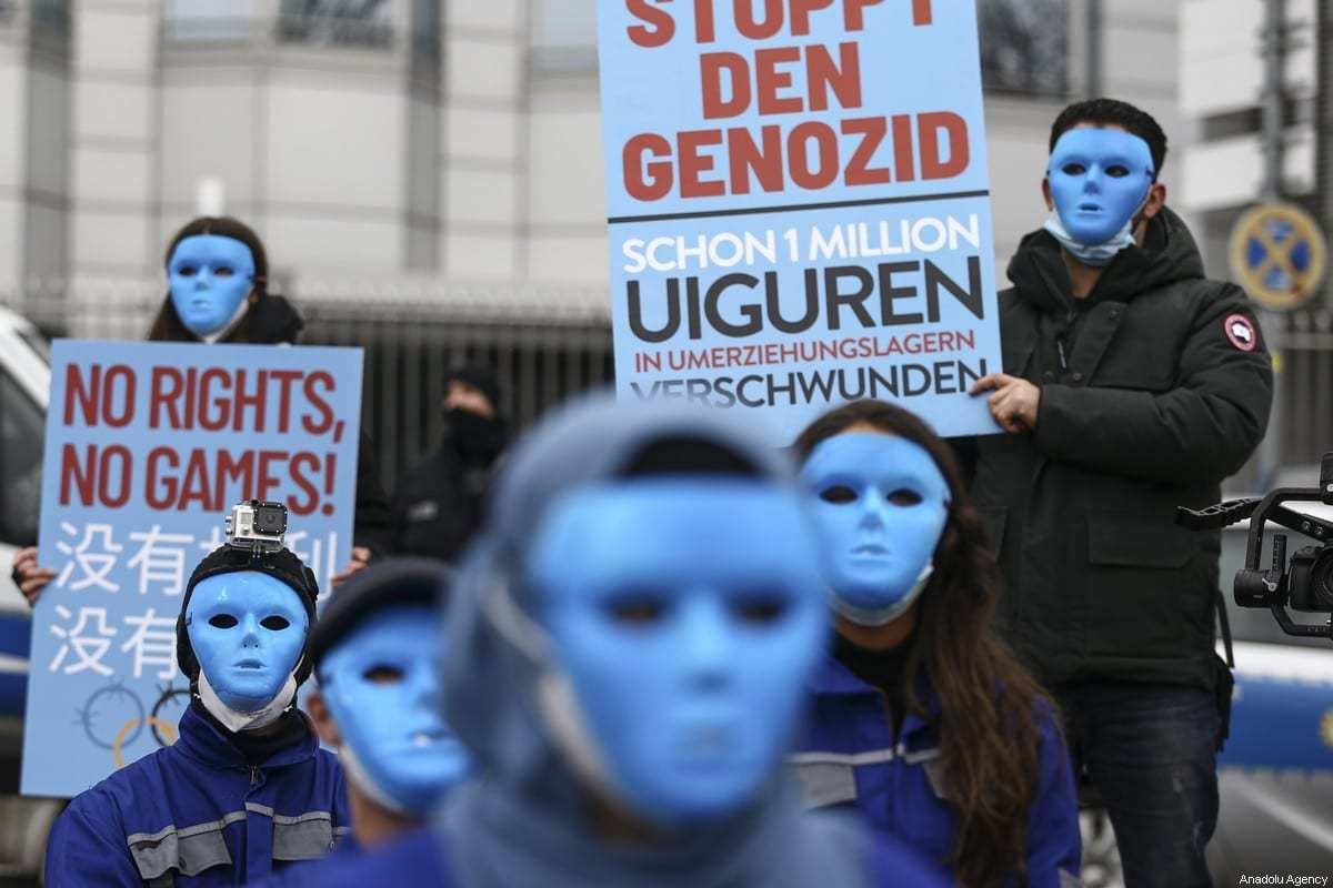 Protesto contra a repressão do governo chinês contra a população uigur, em frente à Embaixada da China em Berlim, Alemanha, 23 de janeiro de 2021 [Abdulhamid Hoşbaş/Agência Anadolu]