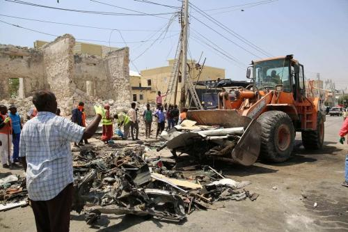 Um trator remove os escombros deixados pela detonação de uma bomba em Mogadishu, capital da Somália, 13 de fevereiro de 2021 [Sadak Mohamed/Agência Anadolu]