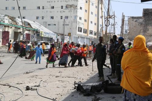 As forças de segurança tomam medidas no local de uma enorme explosão de carro-bomba que teve como alvo um posto de controle de segurança perto da sede do parlamento somali na capital Mogadíscio, em 13 de fevereiro de 2021. [Sadak Mohamed/Anadolu Agency]