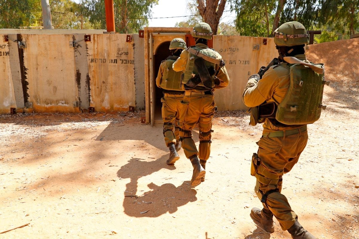 Soldados israelenses durante exercício de combate, em uma base militar de Tel Aviv, 20 de agosto de 2019 [Jack Guez/AFP/Getty Images]