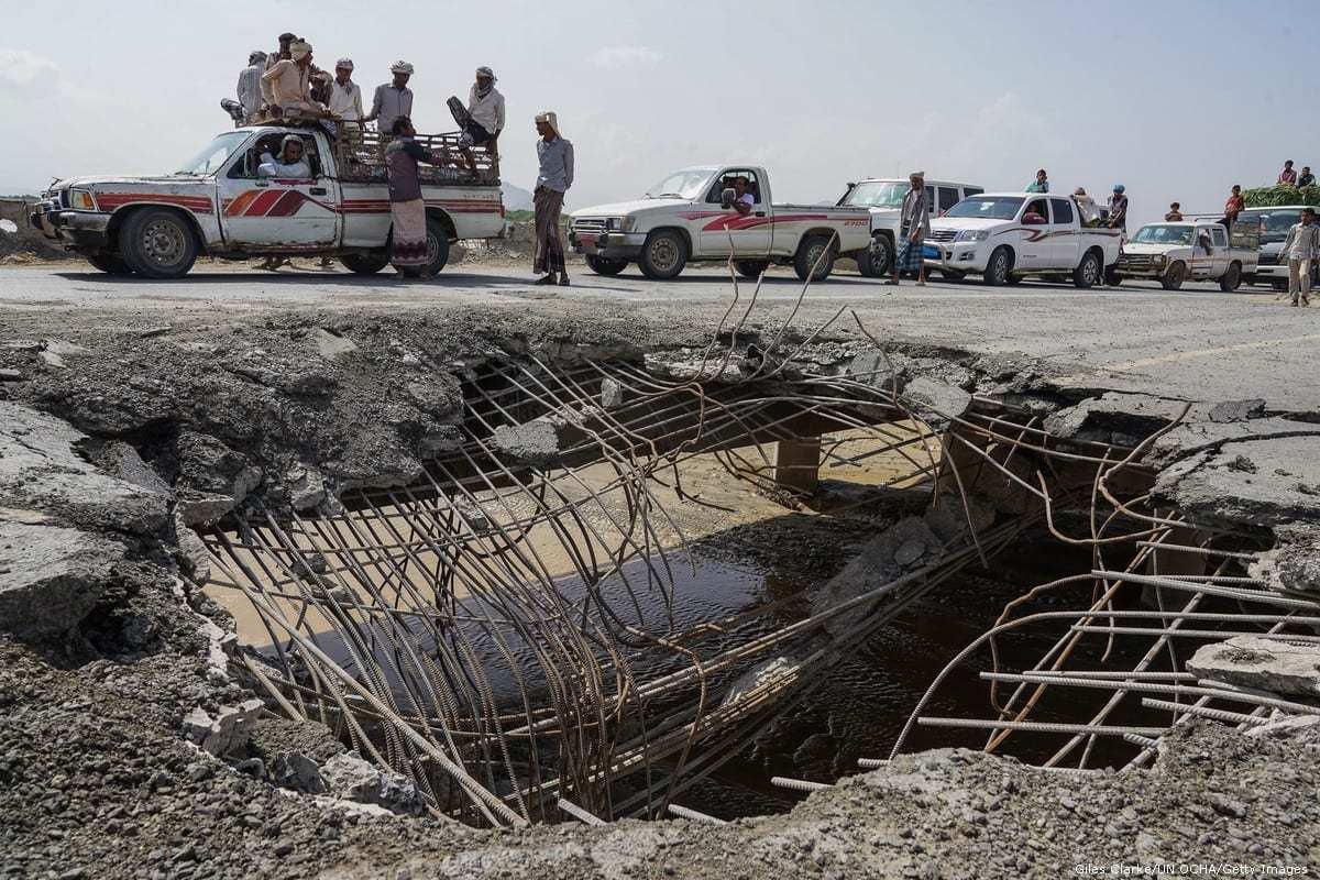 Veículos em fila para atravessar uma ponte danificada por um ataque aéreo em Hudaydah, no Iêmen, 6 de maio de 2016 [Giles Clarke/UNOCHA/Getty Images]