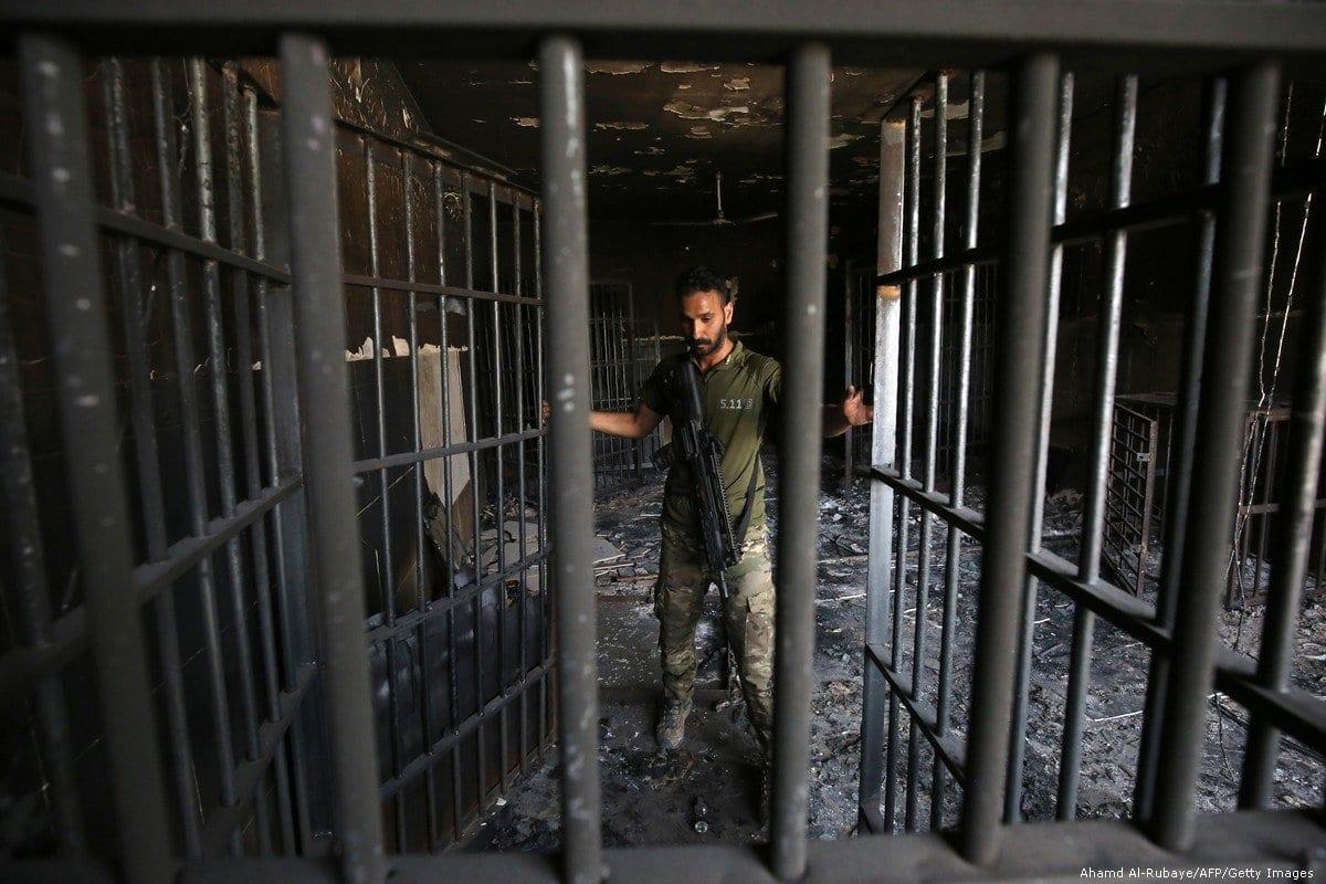 Um oficial iraquiano inspeciona uma prisão no Iraque, em 30 de junho de 2016. [Ahamd Al-Rubaye/AFP/Getty Images]