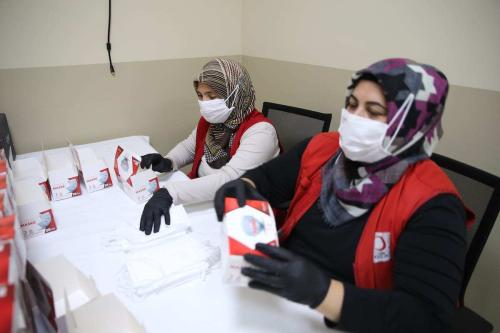 Voluntários empacotam máscaras de proteção no Centro Comunitário do Crescente Vermelho em Hatay, Turquia, 20 de agosto de 2020 [Cem Genco/Agência Anadolu]
