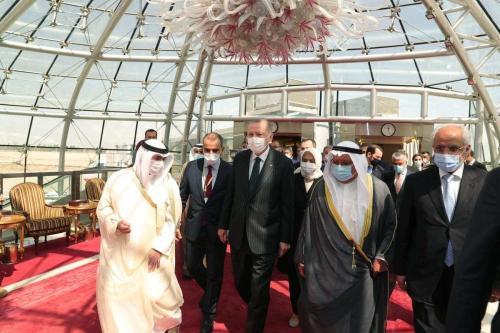 Presidente da Turquia Recep Tayyip Erdogan (centro) é recebido pelo Emir do Kuwait Nawaf al-Ahmad Al-Jaber Al-Sabah e ministros no Aeroporto Internacional da Cidade do Kuwait, em 7 de outubro de 2020 [Mustafa Kamacı/Agência Anadolu]