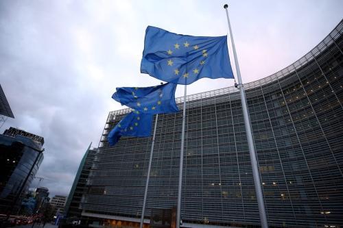 Bandeiras da UE hasteadas a meio mastro do lado de fora da sede da Comissão Europeia em Bruxelas, Bélgica, em 4 de dezembro de 2020. [Dursun Aydemir/Agência Anadolu]